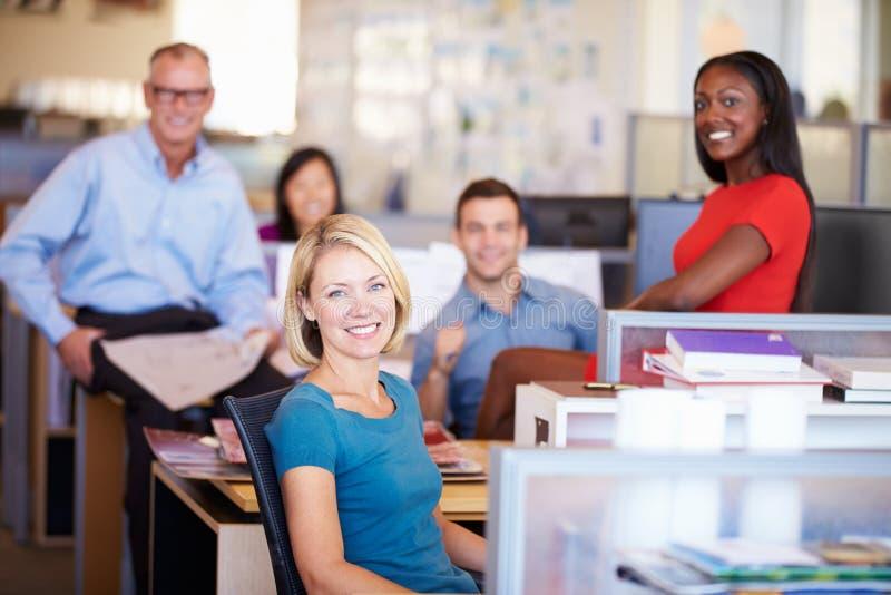 Ståenden av Businesspeople i modernt öppnar plankontoret arkivfoton