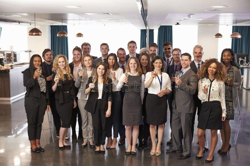 Ståenden av delegater på konferensen dricker mottagande royaltyfri fotografi