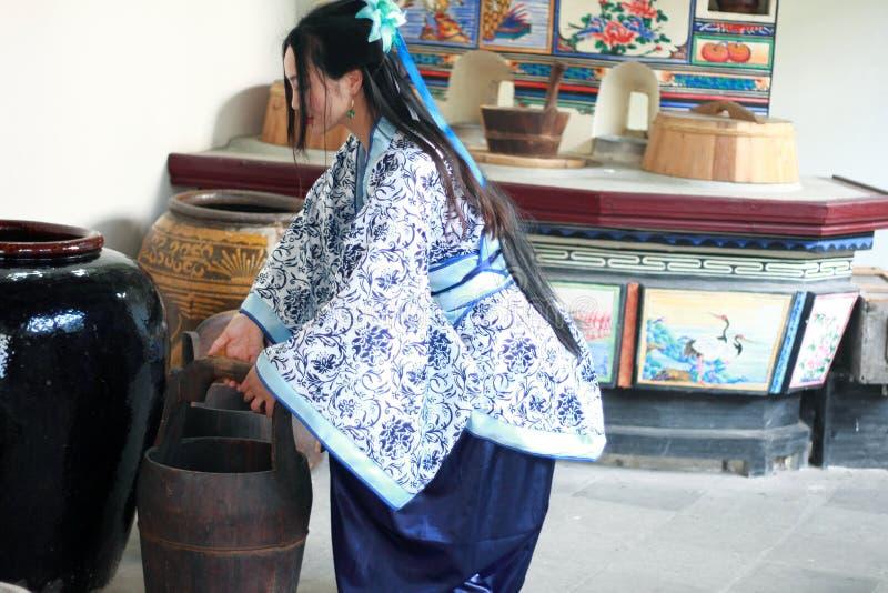 Ståenden av den asiatiska kinesiska flickan i den traditionella klänningen, blå och vit porslinstil Hanfu för kläder, häller vatt royaltyfria foton