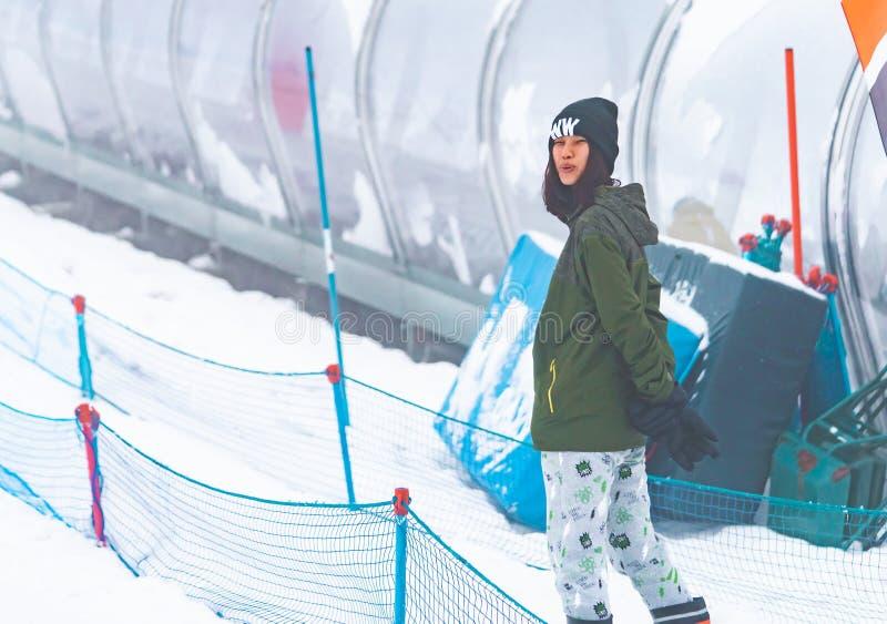 Ståenden av den asiatiska kvinnan i Japan skidar semesterortvinterkläder arkivfoto