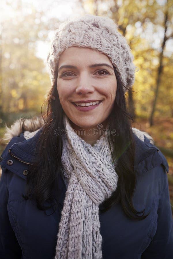 Ståenden av den attraktiva kvinnan går på i Autumn Countryside royaltyfria foton