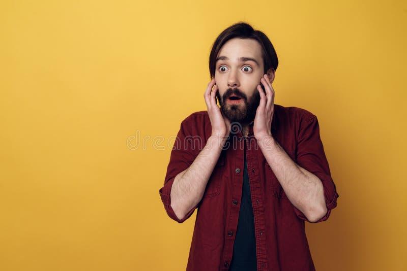 Ståenden av den chockade skäggiga mannen rymmer huvudet fotografering för bildbyråer