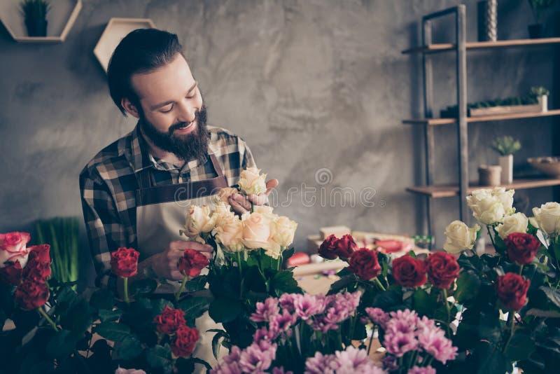 Ståenden av den gulliga stiliga stilfulla moderiktiga rosebuden för handlaget för assistenten för försäljaren för manfreelancermi royaltyfria bilder