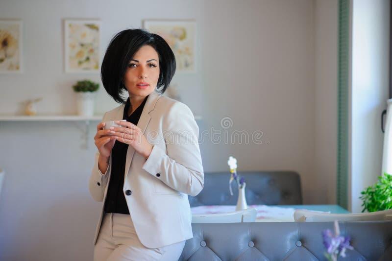 Ståenden av den härliga affärsdamen har en coffebreake royaltyfri foto