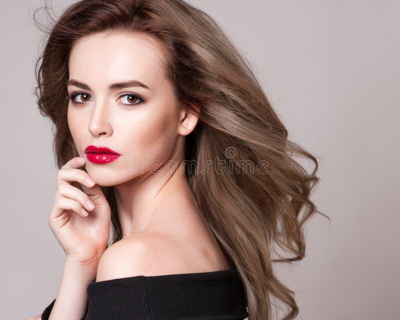 Ståenden av den härliga blonda kvinnan med den lockiga frisyren och ljus makeup, gör perfekt hud, skincare, brunnsorten, cosmetol royaltyfria foton