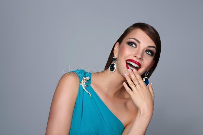 Ståenden av den härliga brunettkvinnan i blått klär fotografering för bildbyråer