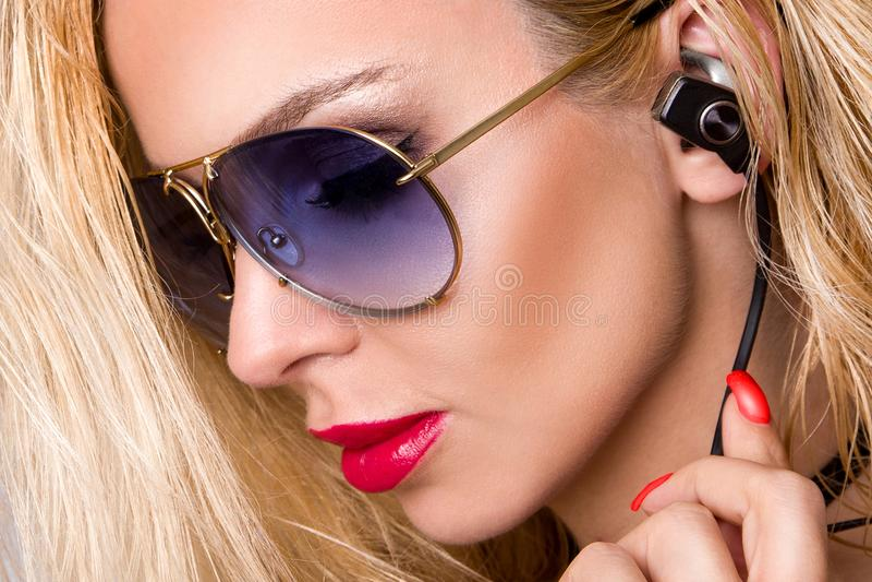 Ståenden av den härliga kvinnan med en perfekt framsida och att förbluffa ögon och en slät sammetslen hud av den sinnliga makeups royaltyfria foton