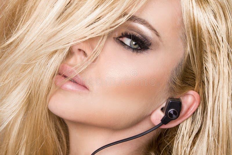 Ståenden av den härliga kvinnan med en perfekt framsida och att förbluffa ögon och en slät sammetslen hud av den sinnliga makeups arkivbild