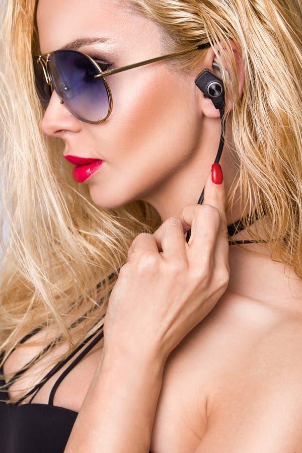 Ståenden av den härliga kvinnan med en perfekt framsida och att förbluffa ögon och en slät sammetslen hud av den sinnliga makeups arkivbilder
