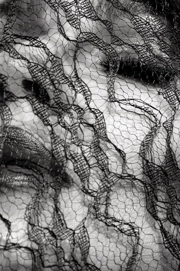 Ståenden av den härliga kvinnan med den fantastiska framsidan som täckas med svart, snör åt royaltyfri fotografi