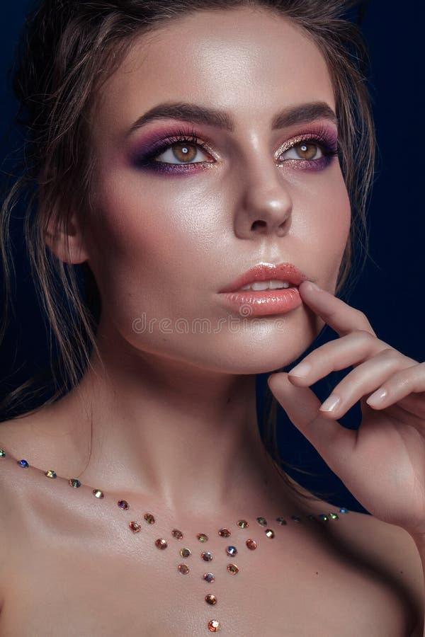 Ståenden av den härliga kvinnan med mousserar på hennes hud Mode M royaltyfri foto