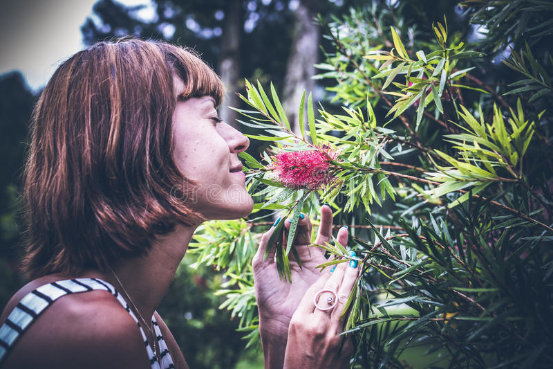 Ståenden av den härliga kvinnan som poserar bland blommande asiat, blommar på den Bali ön, Indonesien royaltyfri fotografi