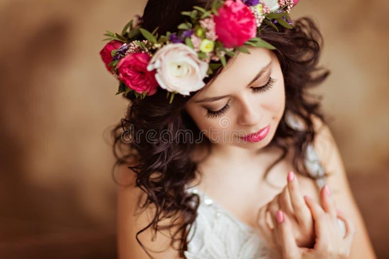 Ståenden av den härliga sinnliga brunettflickan i en vit snör åt dres royaltyfria foton