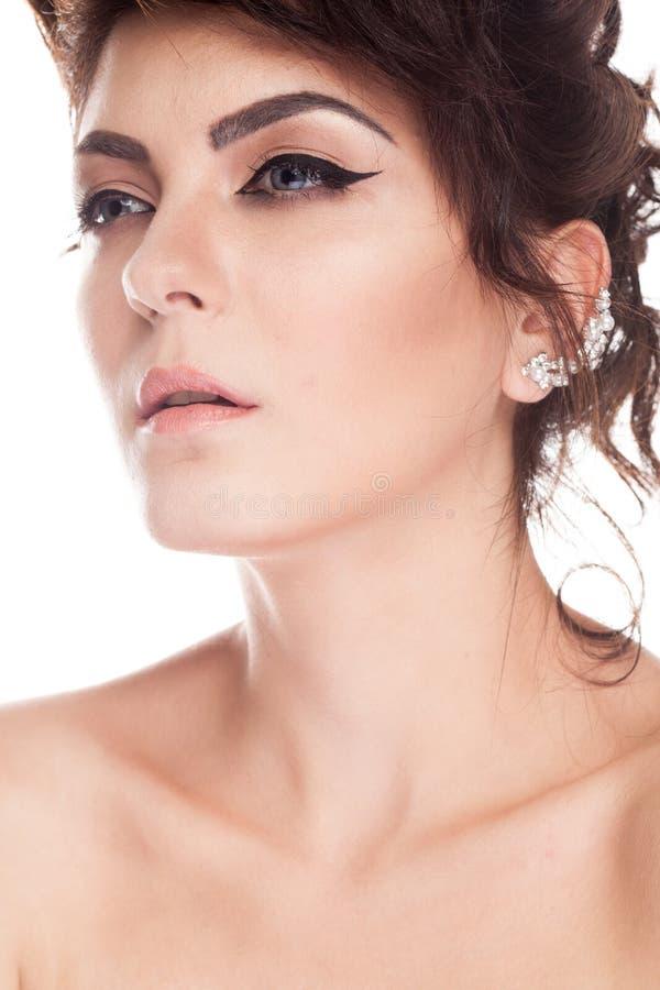 Ståenden av den härliga ursnygga brunettmodellen i studiofoto är arkivfoton