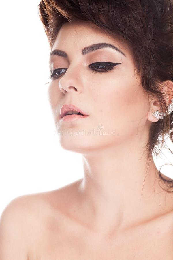Ståenden av den härliga ursnygga brunettmodellen i studiofoto är royaltyfria foton