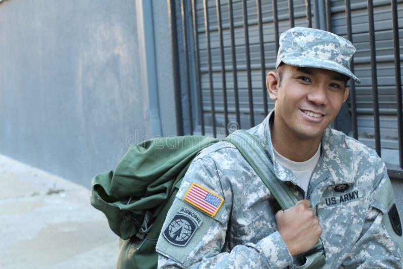Ståenden av den le soldaten för USA-armé med kopieringsutrymme på det vänstert royaltyfri foto