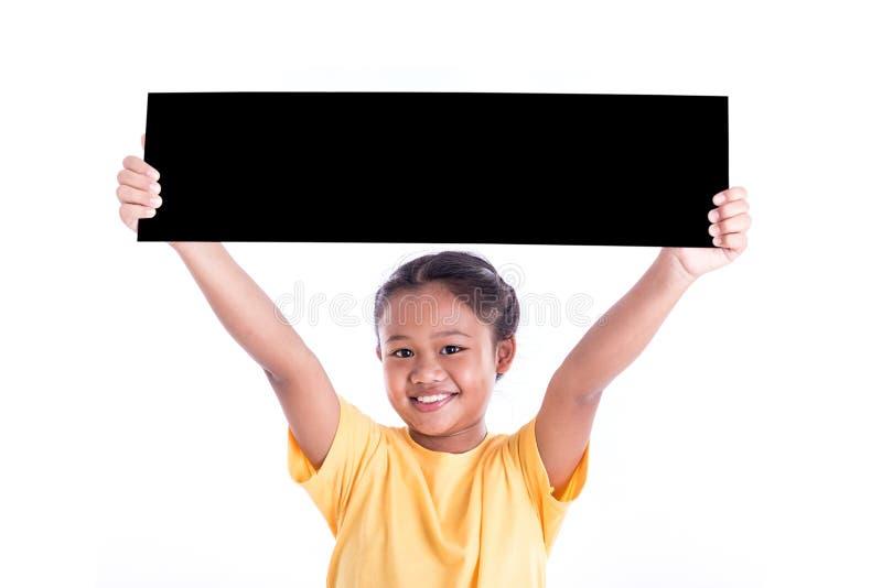 Ståenden av den lilla asiatiska barnshowen det svarta brädet isolerade iso royaltyfria bilder