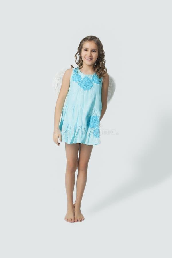 Ståenden av den lite caucasian flickan med ängel påskyndar royaltyfria foton