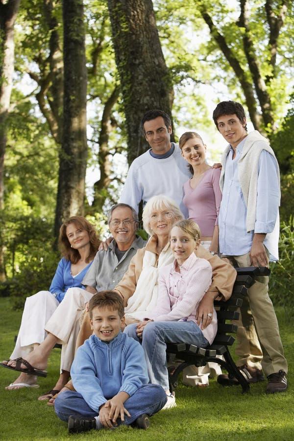 Ståenden av den lyckliga familjen parkerar in royaltyfri fotografi