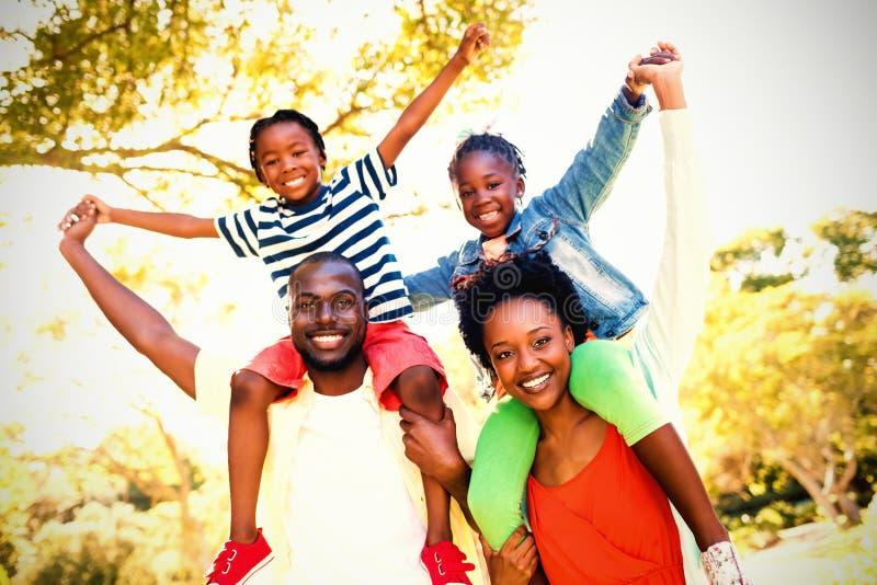 Ståenden av den lyckliga familjen som tycker om på, parkerar royaltyfri foto