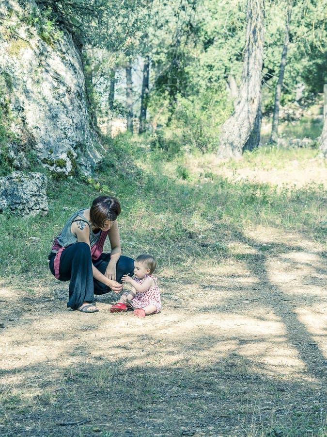 Ståenden av den lyckliga modern med hennes behandla som ett barn flickan i en bygd fotografering för bildbyråer