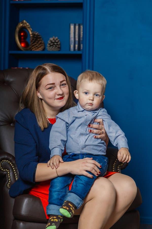 Ståenden av den lyckliga modern och förtjusande behandla som ett barn firar jul Ferier för ` s för nytt år Litet barn med mamman  royaltyfria foton
