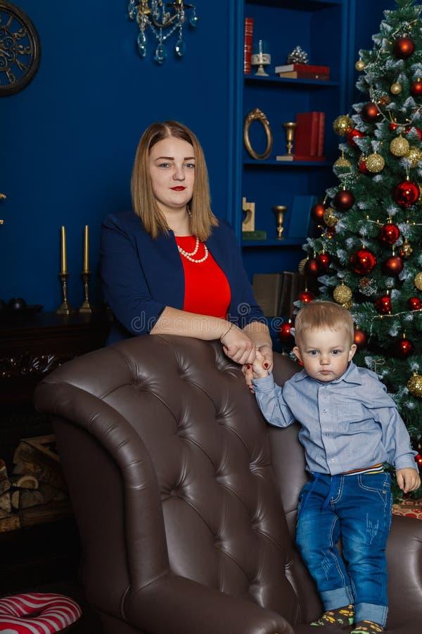 Ståenden av den lyckliga modern och förtjusande behandla som ett barn firar jul Ferier för ` s för nytt år Litet barn med mamman  arkivfoton