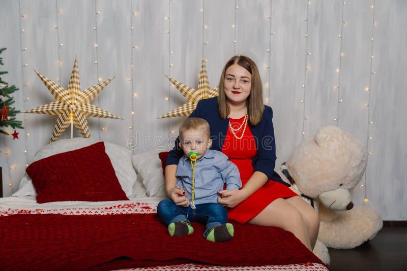 Ståenden av den lyckliga modern och förtjusande behandla som ett barn firar jul Ferier för ` s för nytt år Litet barn med mamman  fotografering för bildbyråer