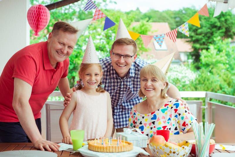 Ståenden av den lyckliga stora familjen firar födelsedag och morföräldrar arkivfoto