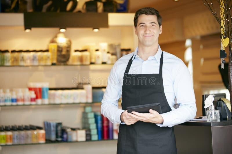Ståenden av den manliga försäljningsassistenten i skönhetsprodukt shoppar arkivbilder