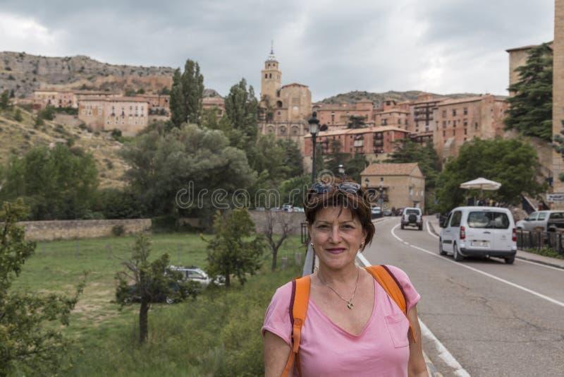 Ståenden av den medelåldersa kvinnasighten vid Albarracin, medeltida stad i landskapet av Teruel, är en nationell monument och är fotografering för bildbyråer