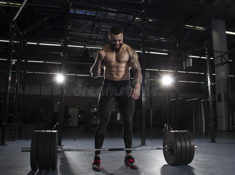 Ståenden av den muskulösa idrottsman nen som firar hans succesfull att royaltyfria bilder