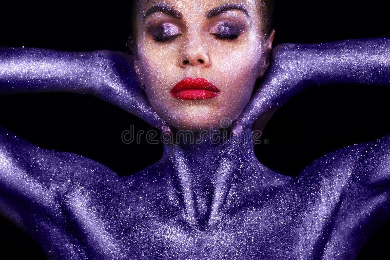 Ståenden av den näcka flickakroppen som målas med glitter och, mousserar på svart bakgrund royaltyfria bilder