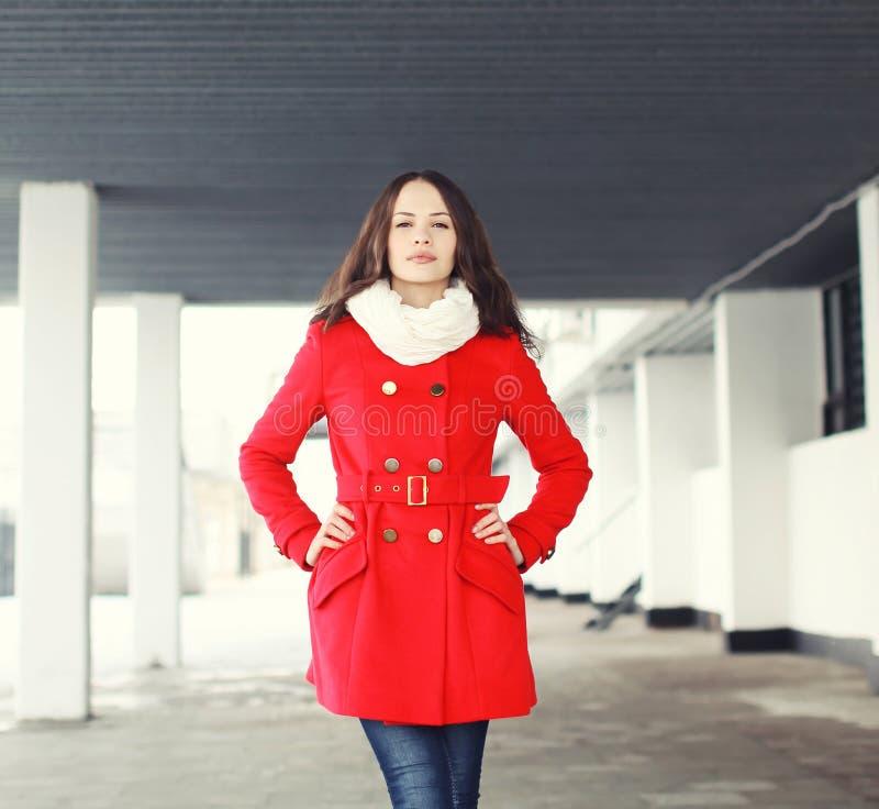 Ståenden av den nätta unga kvinnan klädde ett rött lag utomhus arkivfoto