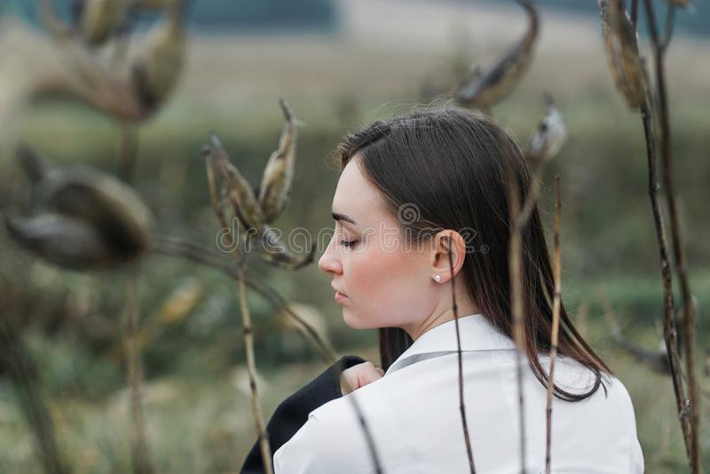 Ståenden av den romantiska kvinnan i övre framsida för skogslut sköt av henne tillbaka royaltyfria bilder