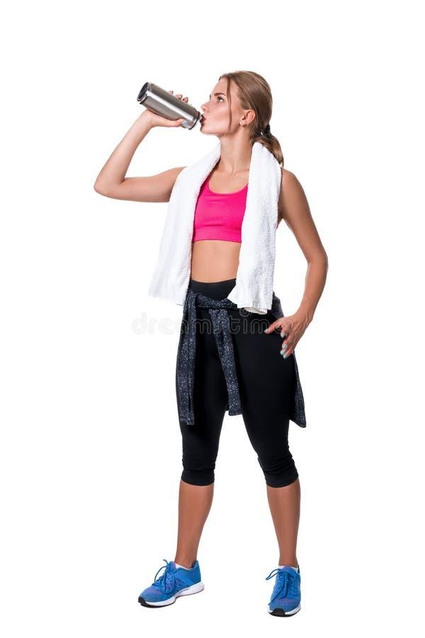 Ståenden av den sportiga unga kvinnan tröttade efter en idrottshallgenomkörare royaltyfri fotografi
