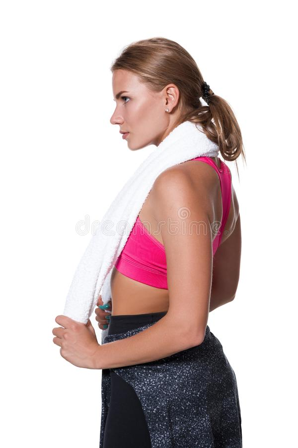 Ståenden av den sportiga unga kvinnan tröttade efter en idrottshallgenomkörare royaltyfria bilder