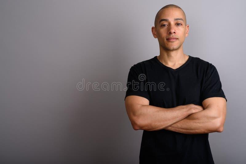Ståenden av den stiliga skalliga mannen med armar korsade arkivfoton