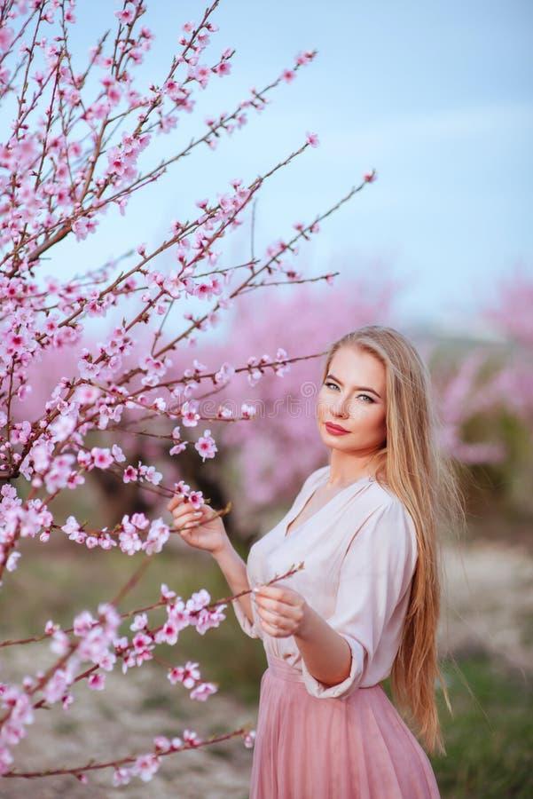 Ståenden av den unga älskvärda kvinnan i vår blommar fotografering för bildbyråer
