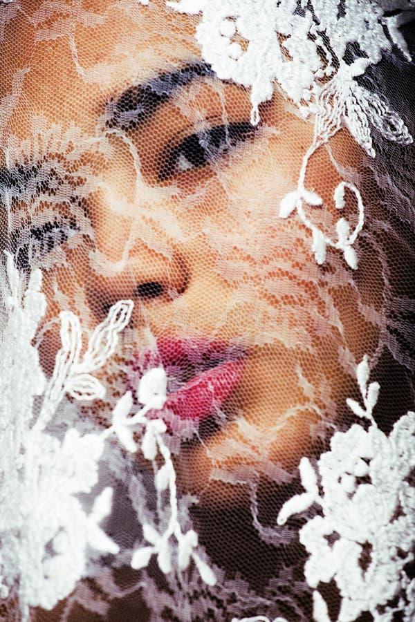 Ståenden av den unga afro kvinnan för skönhet till och med vit snör åt, som nytt royaltyfri bild