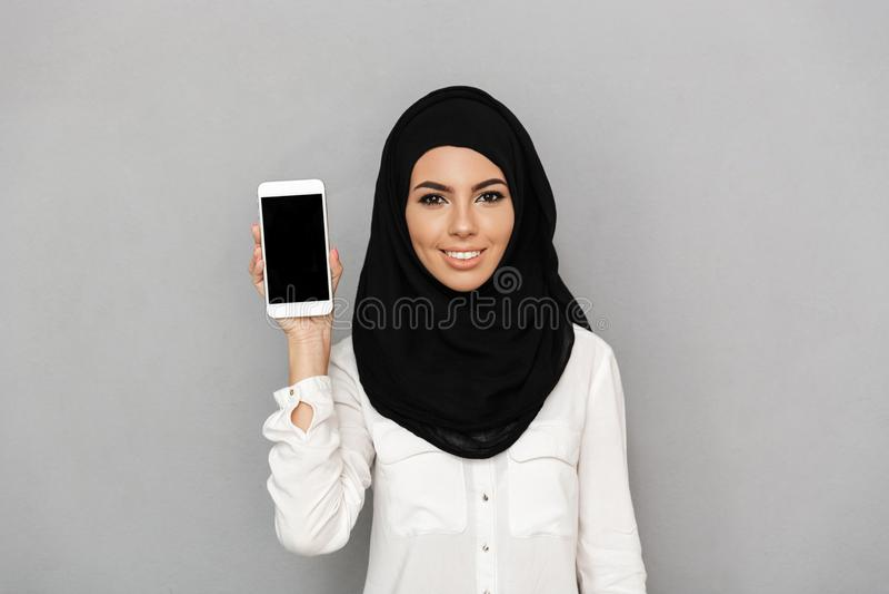 Ståenden av den unga arabiska kvinna20-tal i islamisk sjalett med orien royaltyfri bild