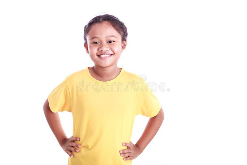 Ståenden av den unga asiatiska flickan med akimbo armar isolerade på vit royaltyfri foto
