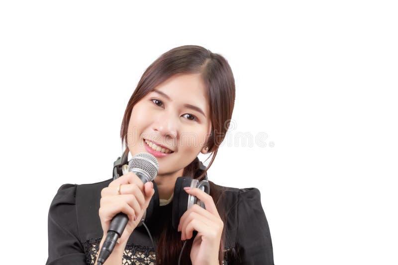 Ståenden av den unga asiatiska kvinnan tycker om att sjunga sången som isoleras royaltyfria bilder