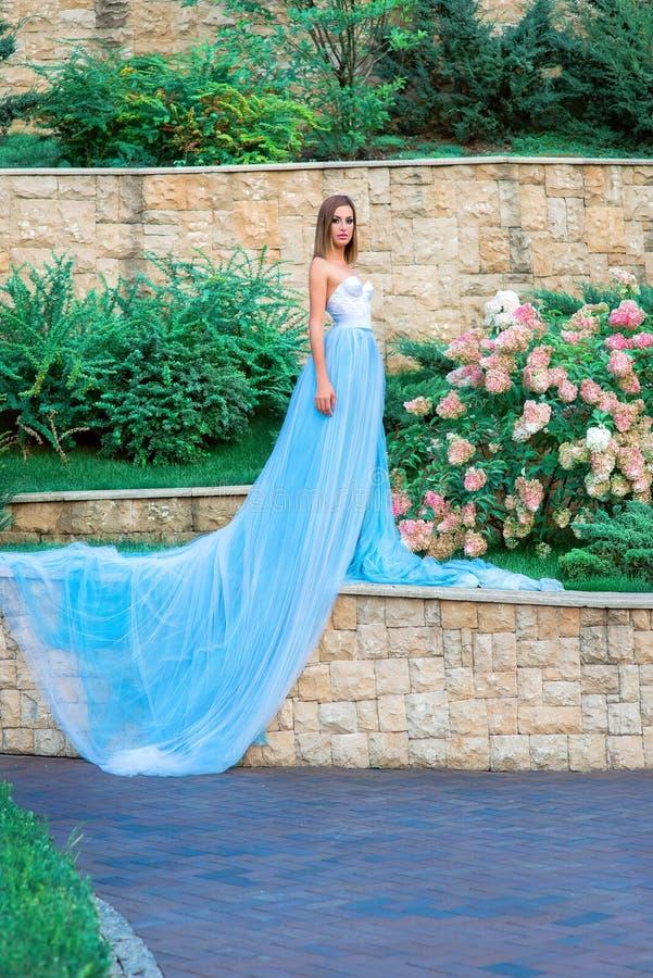Ståenden av den unga beautilulkvinnan i långa blått klär royaltyfria foton