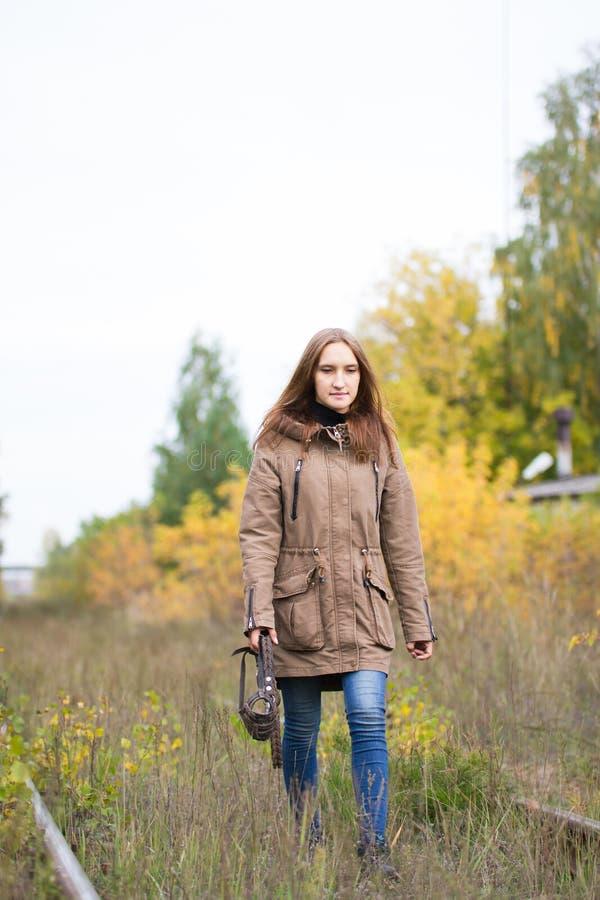 Ståenden av den unga gulliga kvinnan i nedgånghöst parkerar Härlig caucasian flicka som går i skog arkivbilder