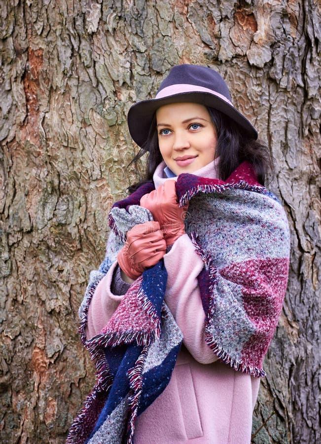 Ståenden av den unga härliga kvinnan avmaskar in halsduken royaltyfria foton
