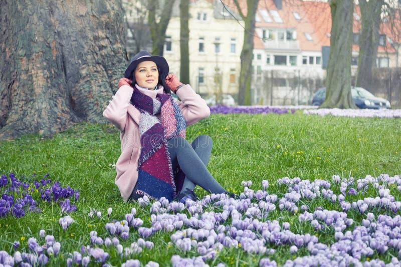 Ståenden av den unga härliga kvinnan som bär med våren, blommar royaltyfri foto