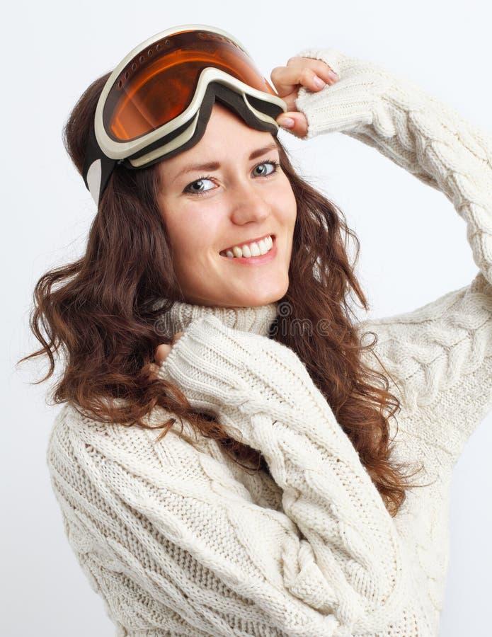 Ståenden av den unga kvinnan går in för vintersportar över vit backg royaltyfri foto