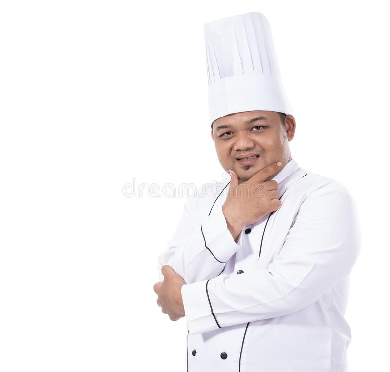 Ståenden av den unga manliga kocken som står säkra korsade händer, poserar blick på en framdel av kameran arkivfoto