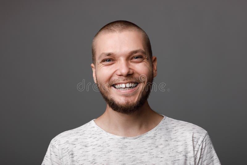 Ståenden av den unga skäggiga mannen royaltyfri foto